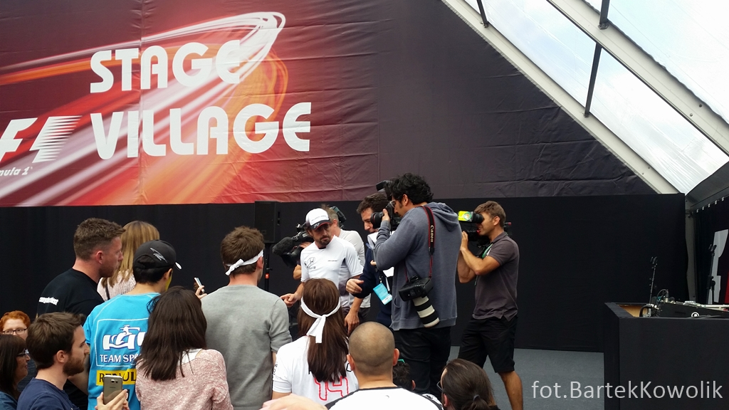 Fernando Alonso (McLaren Honda) w F1 Village